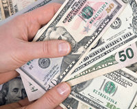 Человеческая рука подсчитывая счеты доллара США Стоковые Фотографии RF