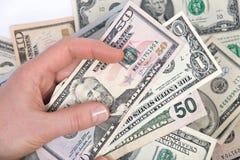 Человеческая рука подсчитывая счеты доллара США Стоковое Фото
