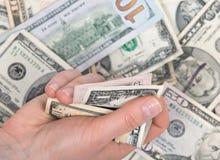 Человеческая рука подсчитывая счеты доллара США Стоковая Фотография RF