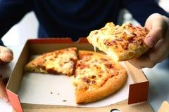 Человеческая рука ребенк с концом коробки пиццы вверх Стоковое Изображение RF
