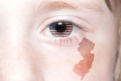 Человеческая сторона ` s с национальным флагом Соединенных Штатов Америки и Нью-Джерси заявляют карту стоковая фотография rf
