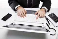 Человеческие пальцы на клавиатуре 3 тетради Стоковое Изображение RF