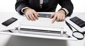 Человеческие пальцы на клавиатуре 3 тетради Стоковые Фотографии RF