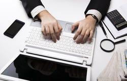 Человеческие пальцы на клавиатуре 3 тетради Стоковое Фото