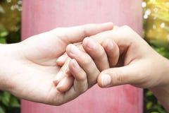 Человеческие руки держа совместно Стоковая Фотография