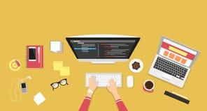 Человеческие руки печатая на клавиатуре и программировании компьютера Стоковые Фото