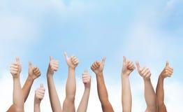 Человеческие руки показывая большие пальцы руки вверх Стоковая Фотография