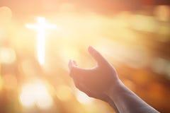 Человеческие руки раскрывают поклонение ладони поднимающее вверх Терапия евхаристии благословляет бога он Стоковая Фотография RF