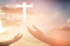 Человеческие руки раскрывают поклонение ладони поднимающее вверх Терапия евхаристии благословляет бога он Стоковые Изображения