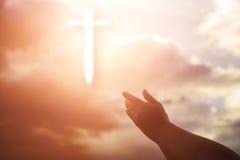 Человеческие руки раскрывают поклонение ладони поднимающее вверх Терапия евхаристии благословляет бога он Стоковое Фото