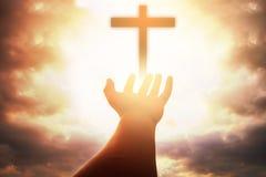 Человеческие руки раскрывают поклонение ладони поднимающее вверх Терапия евхаристии благословляет бога он стоковое изображение