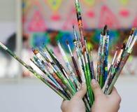 Человеческие руки с щетками искусства стоковые изображения rf