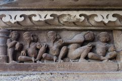 Человеческие скульпторы показывая отечественную жизнь, на виске Vishvanatha, Khajuraho, Madhya Pradesh, Индия - место всемирного н стоковое фото rf