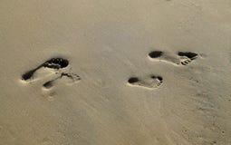 Человеческие следы ноги l на кристаллическом пляже парка штата бухты, южной Калифорнии Стоковая Фотография