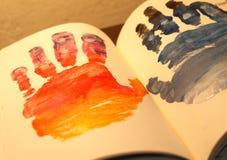 Человеческие формы рук покрашенные на тетради Стоковые Изображения