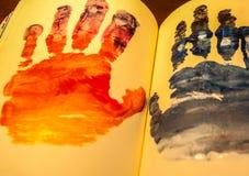 Человеческие формы рук покрашенные на тетради Стоковое Изображение