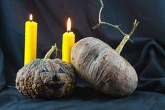 Человеческие черепа и тыква на черной предпосылке, предпосылке дня хеллоуина Стоковая Фотография