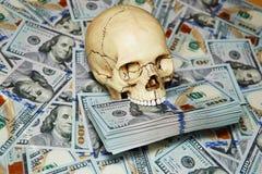 человеческие череп и доллары Стоковые Фото