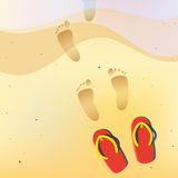 Человеческие чуть-чуть следы ноги на песке лета приставают к берегу Стоковая Фотография RF