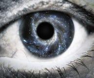 Человеческий глаз смотря в вселенной стоковые изображения rf