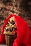 Человеческий череп все еще живет с красной крышкой Стоковые Изображения RF