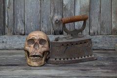 Человеческий череп на поле с старой деревянной плитой старой, натюрмортом Стоковое Фото