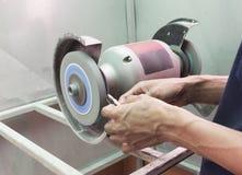 Человеческим режущий инструмент пользы заточенный шлифовальным станком Стоковая Фотография RF