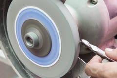 Человеческим режущий инструмент пользы заточенный шлифовальным станком Стоковое Изображение