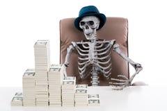 Человеческое каркасное усаживание в большом стуле с стогом банкноты дальше Стоковая Фотография RF