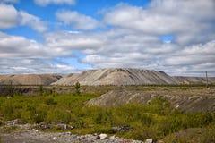 Человеческ-сделанные холмы из почвы от открытой шахты Стоковое Изображение RF