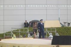 Челси Клинтон сопровожено к этапу во время официальной церемонии открытия президентской библиотеки 18-ое ноября 200 Клинтона Стоковое фото RF