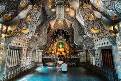 Чиангмай, Таиланд, 12 16 18: Внутри серебряного виска Широкоформатная съемка пейзажа Орнаменты золота и серебра на стенах стоковая фотография rf
