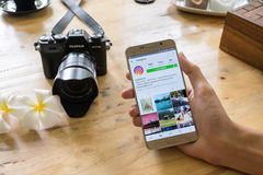 ЧИАНГМАЙ, ТАИЛАНД - 24,2016 -ГО ИЮЛЬ: Человек держит примечание 5 Samsung Стоковое Фото