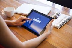 ЧИАНГМАЙ, ТАИЛАНД - 5-ОЕ АПРЕЛЯ 2015: Знак применения Facebook Стоковая Фотография