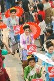 ЧИАНГМАЙ, ТАИЛАНД - 13-ОЕ АПРЕЛЯ: Undentified красивое с традиционно одетой женщиной в параде на фестивале Songkran 13-ого апреля Стоковое Фото
