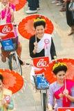 ЧИАНГМАЙ, ТАИЛАНД - 13-ОЕ АПРЕЛЯ: Undentified красивое с традиционно одетой женщиной в параде на фестивале Songkran 13-ого апреля Стоковые Фото