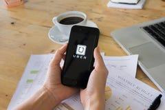 ЧИАНГМАЙ, ТАИЛАНД - 14-ОЕ ИЮЛЯ 2016: Apps черни Uber Uber - Co Стоковые Изображения