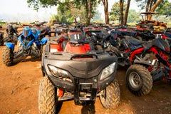 Чиангмай/Таиланд - 14-ое марта 2019: Флот велосипедов квадрацикла ATV паркуя после гонок закончил стоковые фотографии rf