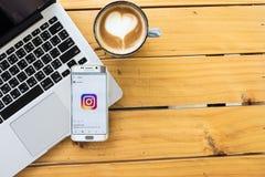 ЧИАНГМАЙ, ТАИЛАНД - 12-ОЕ МАЯ 2016: Применение Instagram логотипа скрин-шот новое используя край галактики s6 samsung Instagram с Стоковые Изображения