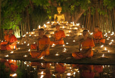 ЧИАНГМАЙ, ТАИЛАНД - 20-ОЕ МАЯ: Тайские буддийские монахи размышляют с Стоковые Фото
