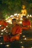 ЧИАНГМАЙ, ТАИЛАНД - 20-ОЕ МАЯ: Тайские буддийские монахи размышляют с Стоковая Фотография