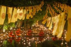 ЧИАНГМАЙ, ТАИЛАНД - 20-ОЕ МАЯ: Тайские буддийские монахи размышляют с Стоковые Изображения RF