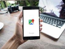 ЧИАНГМАЙ, ТАИЛАНД - 2-ОЕ МАЯ 2016: Укомплектуйте личным составом руку держа LG G4 с картой app Google стоковые фотографии rf