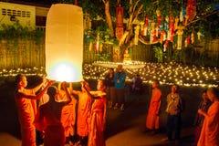 ЧИАНГМАЙ, ТАИЛАНД - 12-ОЕ НОЯБРЯ 2008: Маленькие монах и col Стоковое Фото