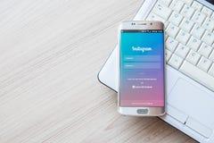 ЧИАНГМАЙ, ТАИЛАНД - 1-ОЕ ФЕВРАЛЯ 2016: Применение Instagram скрин-шот используя край галактики s6 samsung стоковые фотографии rf