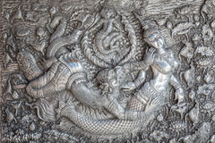 ЧИАНГМАЙ, ТАИЛАНД - 17-ОЕ ЯНВАРЯ: Металл традиционного тайского стиля handmade серебряный высекая на стене в Wat Sri Suphan Стоковые Фотографии RF