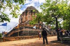 Чиангмай, Таиланд-май 27,2017: Традиция штендера Inthakhin поклонению посещения туристов на Wat Chedi Luang Varavihara - буддийск стоковое фото