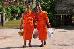 Чиангмай, Таиланд: 2 монаха на Wat Suan Dok Стоковое Изображение RF