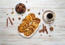 Чизкейки с медом, датами и кофе стоковые фото