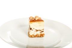 Чизкейк арахисов изолированный на белой предпосылке Стоковые Фото